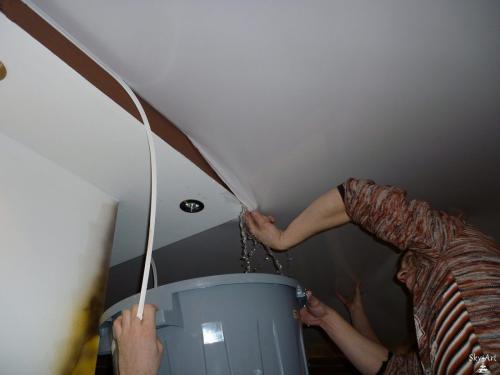 Откачка воды с натяжного потолка. Технология слива воды из натяжных потолков своими руками