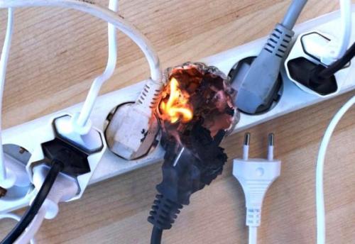 Правила монтажа электропроводки в деревянном доме в кабель канале. Как проложить кабель в деревянном доме.