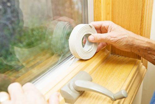 Как правильно заклеить окна. Создаём комфортные условия: чем заклеить окна от сквозняков, солнечных лучей и от посторонних глаз