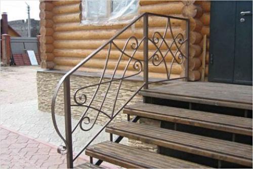 Металлическое крыльцо в частном доме. Крыльцо для частного дома из металла: преимущества, виды конструкций и способы изготовления
